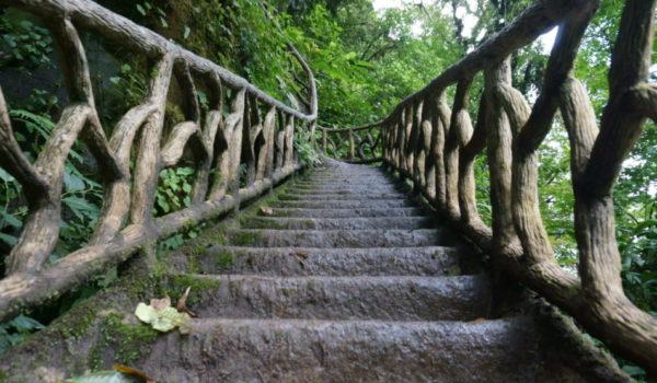 Treppe zum Rio Celeste Wasserfall